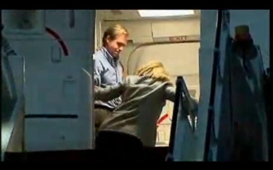 H.Clinton atsikelti padėjo skrydžio palydovas.