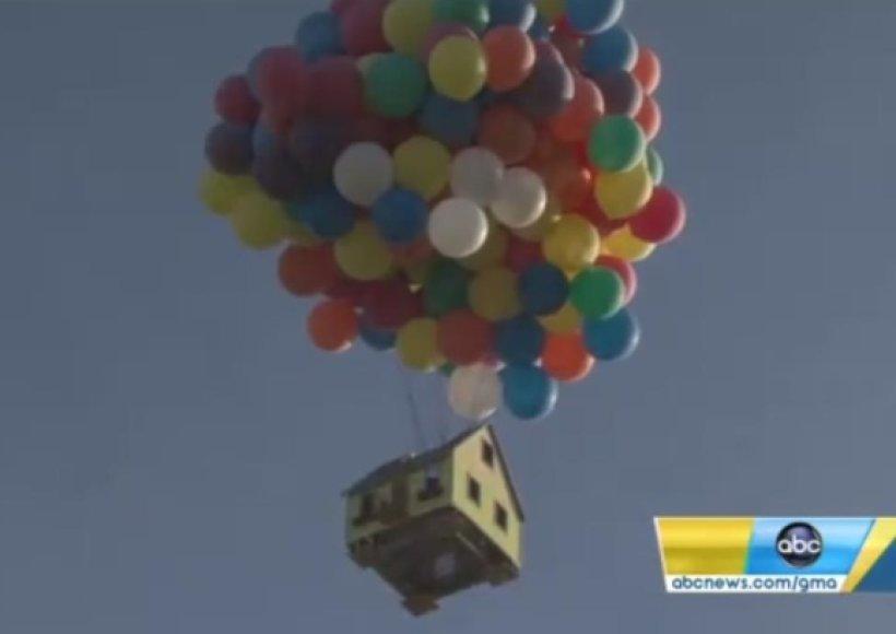 Namą nuo žemės pakėlė vien helio pripildyti balionai.