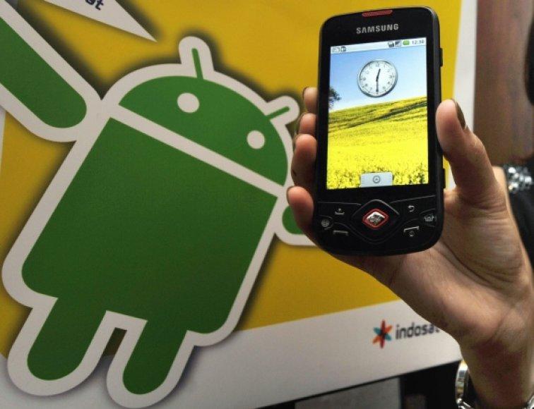 """Išmanusis telefonas su """"Android"""" operacine sistema."""