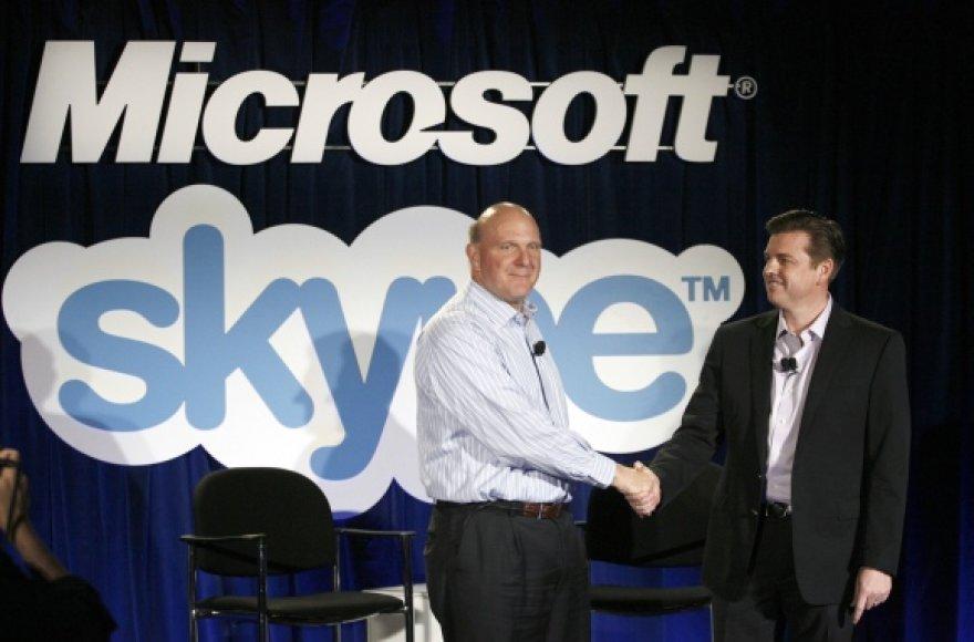 """""""Microsoft"""" generalinis direktorius Steve'as Ballmeris (k.) ir """"Skype"""" vadovas Tony Batesas."""