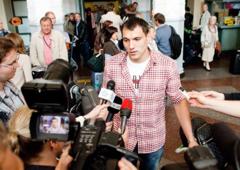 """Traumą patyręs """"Armani Jeans"""" puolėjas Jonas Mačiulis dėl traumos veikiausiai negalės dalyvauti Lietuvoje vyksiančiame Europos krepšinio čempionate."""