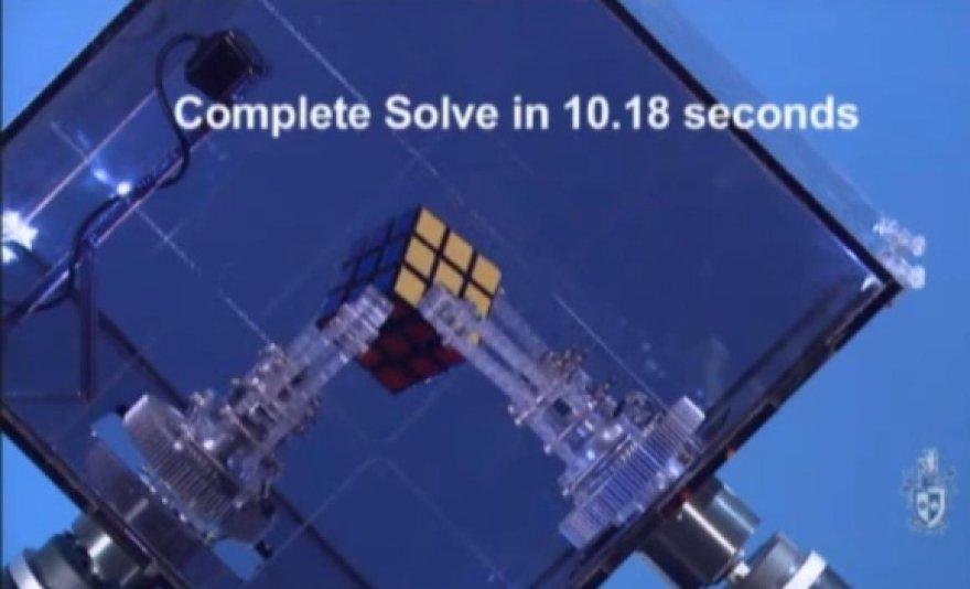 Robotas surinko Rubiko kubą per kiek daugiau nei 10 sekundžių.