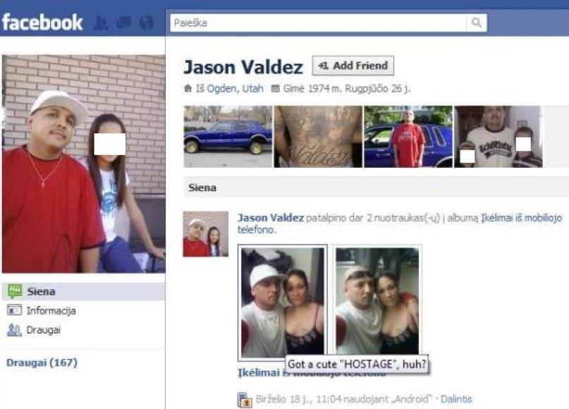 """Jasonas Valdezas įkaitų dramos metu naršė socialiniame tinkle """"Facebook"""" ir net įkėlė dvi nuotraukas, kuriose stovi su įkaite, vieną jų pakomentuodamas: """"Turiu žavią """"įkaitę"""", ar ne?"""""""