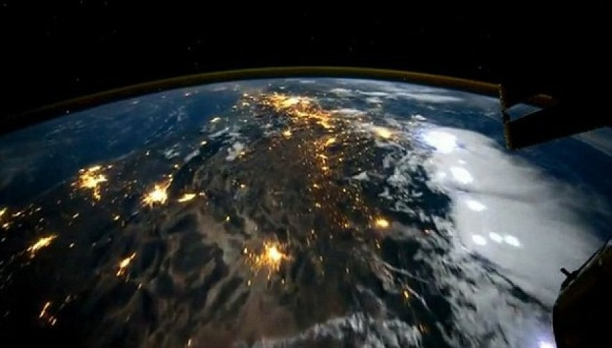 Aplink pasaulį per 60 sekundžių. Dešiniau plyti Ramusis vandenynas, virš kurio – audros debesys ir žaibai.