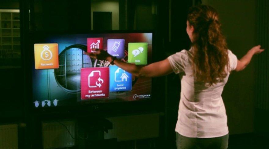 """""""Etronika"""" sprendimas leidžia banko paslaugas valdyti judesiais, naudojant įrenginį """"Microsoft Kinect""""."""