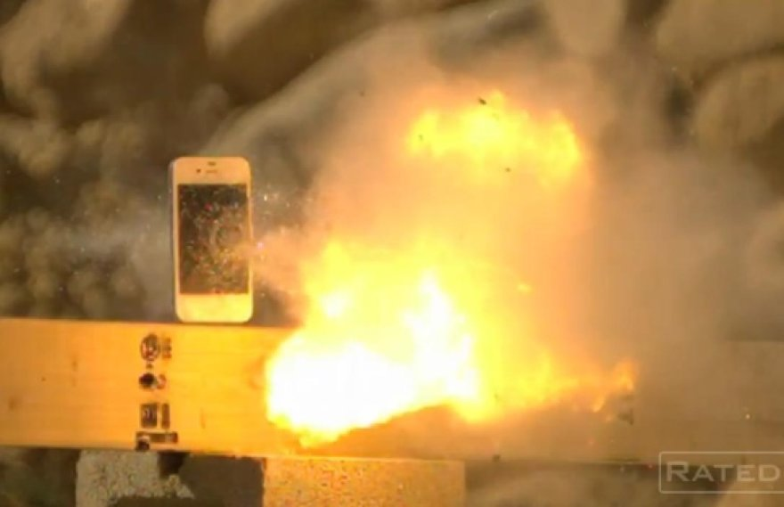 "Telefonas ""iPhone 4S"" suvarpytas kulkomis."