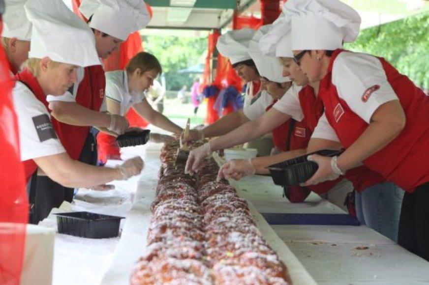 Sostinės mažiesiems iškeptas 15 metrų ilgio ir apie 130 kg. svorio pyragas