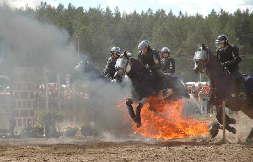 """Raitieji policininkai, praėjusį savaitgalį savo įgūdžius demonstravę Anykščių žirgų sporto šventėje """"Bėk, bėk, žirgeli"""", grįžo patruliuoti į žaliąsias Vilniaus zonas"""