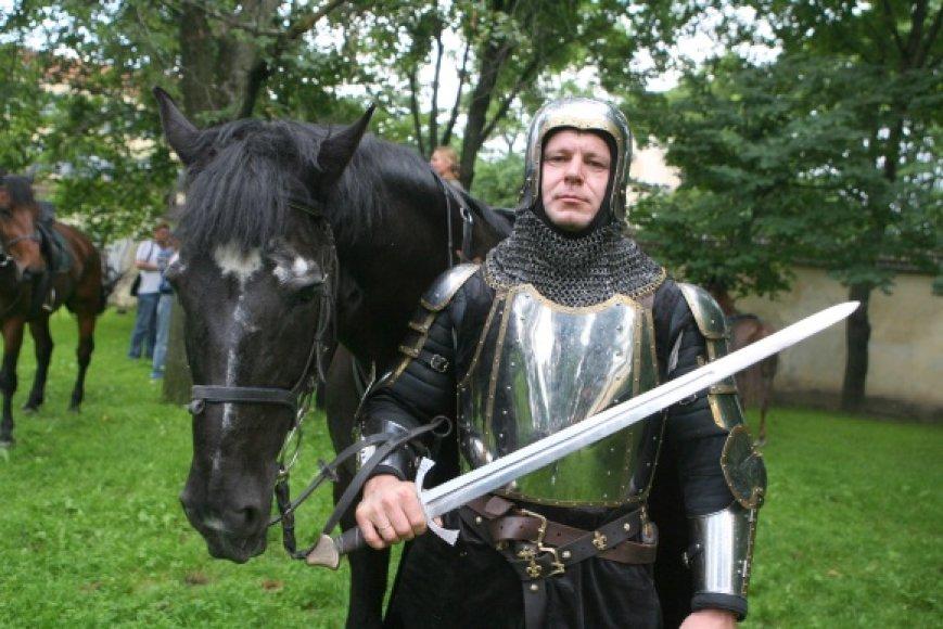"""Karininkas D.Mazurkevičius pasidabins Trakų pilies brolijos """"Viduramžių pasiuntiniai"""" ginklakalių Vytautui Didžiajam nukaltais šarvais"""