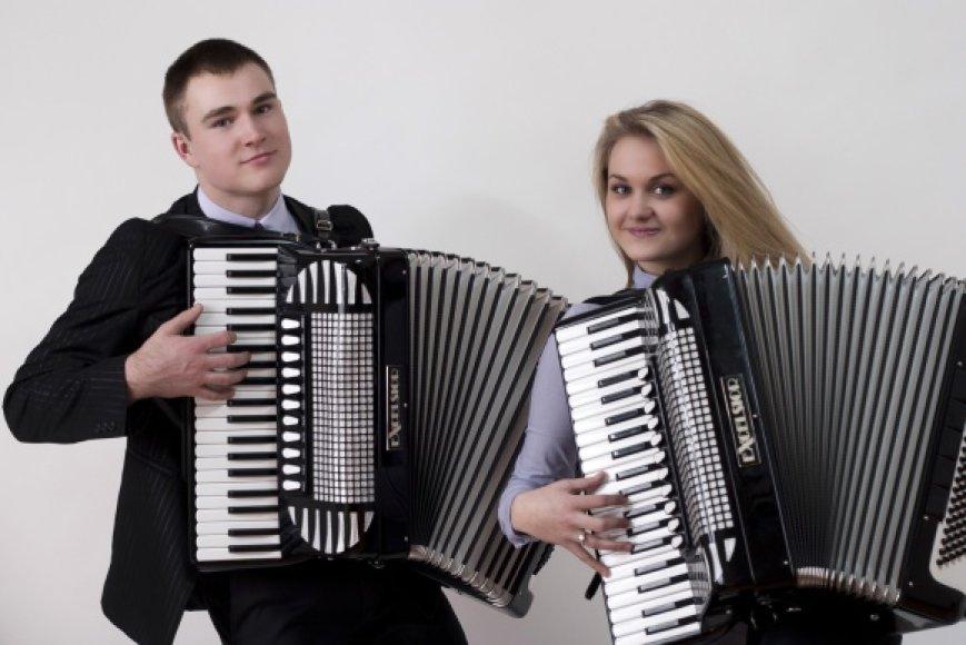 Vieni iš konkurso dalyvių – Gargždų muzikos mokyklos absolventų akordeonų duetas: Gintarė Dausynaitė ir Aurelijus Kampas.