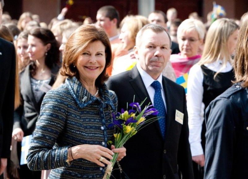 Į Pilaitės vidurinę mokyklą atvykusiai Švedijos karalienei Silvijai įteikta gėlių puokštė atkartojo Švedijos vėliavos spalvas.