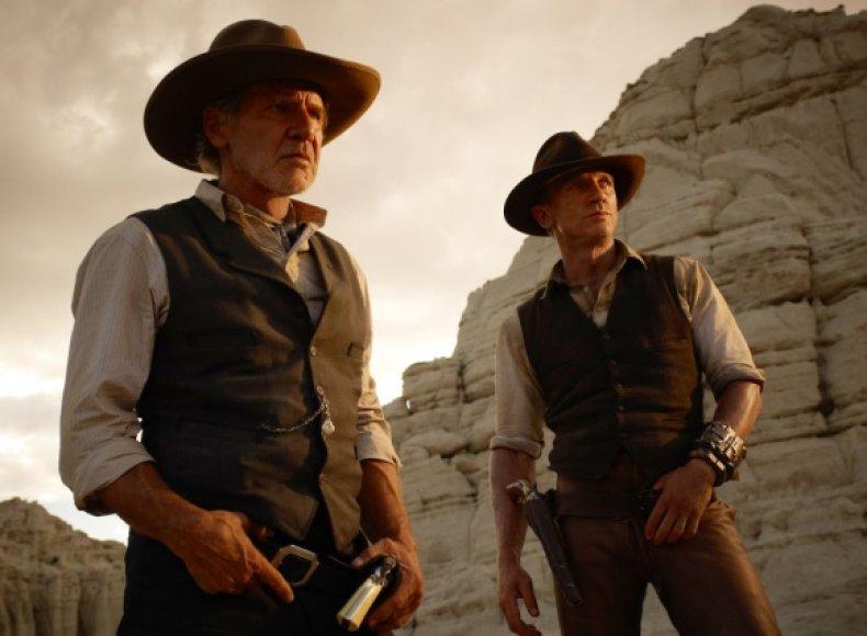 """Danielis Craigas (dešinėje) ir Harrisonas Fordas trileryje """"Kaubojai ir ateiviai"""""""