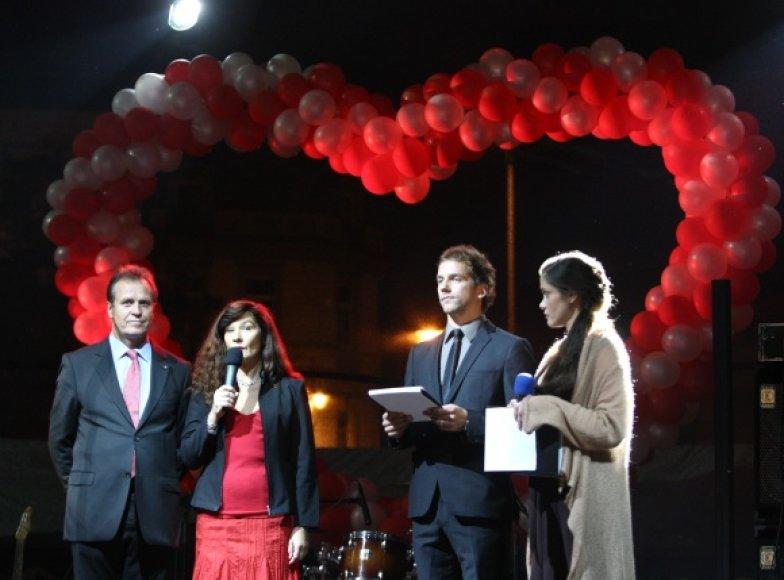 Scenoje (iš kairės) – Lietuvos širdies asociacijos atstovai docentas Pranas Šerpytis ir profesorė Žaneta Petrulionienė bei koncerto vedėjai Žygis Stakėnas ir Eglė Skrolytė.
