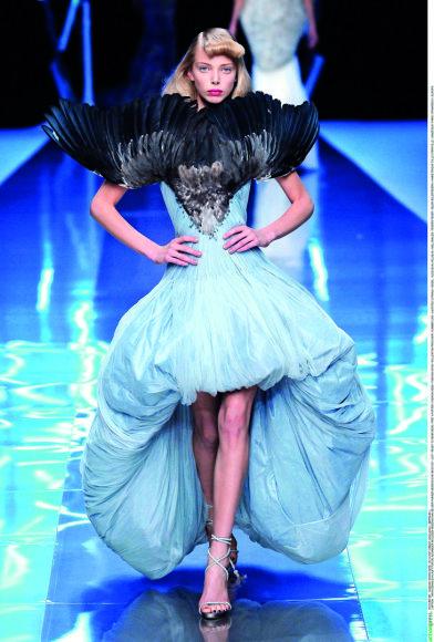 """Vida Press nuotr./""""Alexander McQueen"""" 2008 m. pavasario-vasaros kolekcijos modelis"""