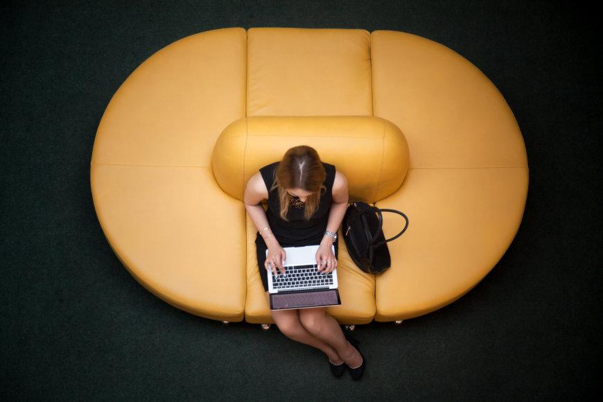 Vida Press nuotr./Moteris prie kompiuterio