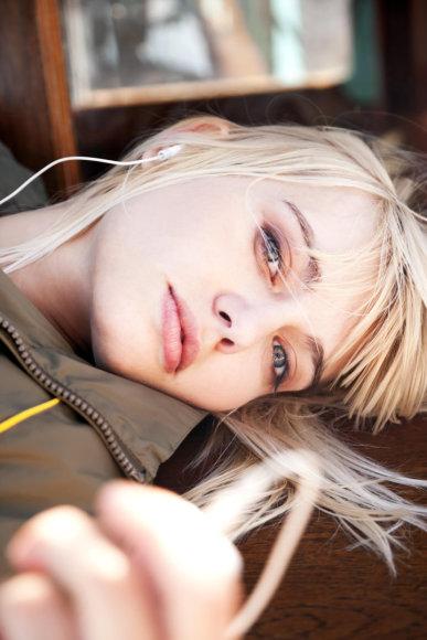 Vida Press nuotr./Mergina klausosi muzikos