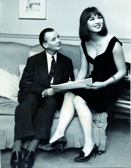 Vida Press nuotr./Talitha pasirašo sutartį su Holivudo prodiuseriu J. Lee Thompsonu, 7-as deš.