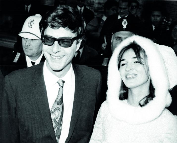 Vida Press nuotr./Per vestuves Talitha, dar neužsikrėtusi Maroku, vilkėjo kaip Londono modė, 1966 m.