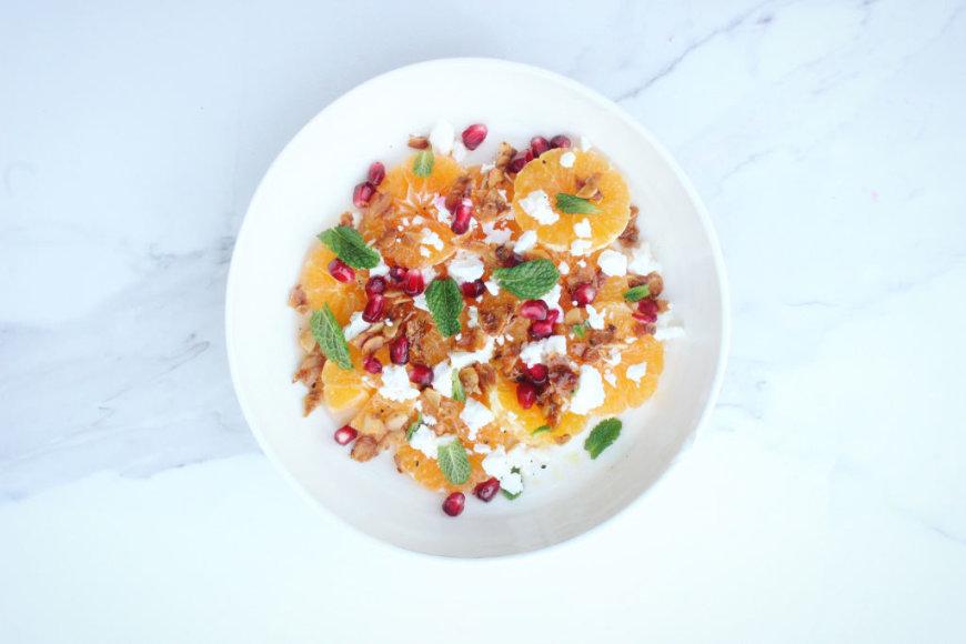 Mandarinų, fetos ir karamelizuotų migdolųsalotos