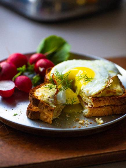Karštas sumuštinis su Gouda sūriu ir kumpiu