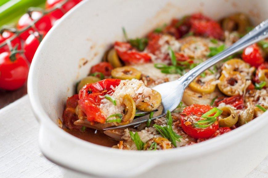 Žuvis su alyvuogėmis ir pomidorais