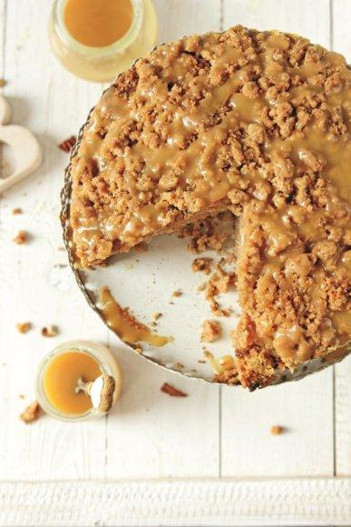 Trupininis obuolių pyragas su karameliniu kremu