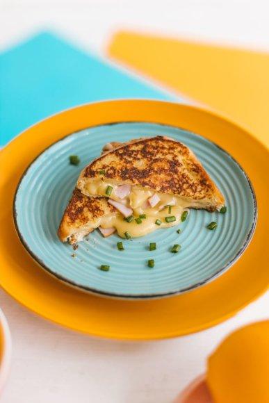Pikantiškas prancūziškas skrebutis su kumpiu ir sūriu
