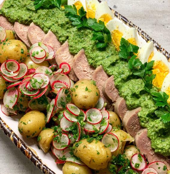 """Virtas jaučio liežuvis su """"Salsa Verde"""" padažu ir bulvių salotomis"""