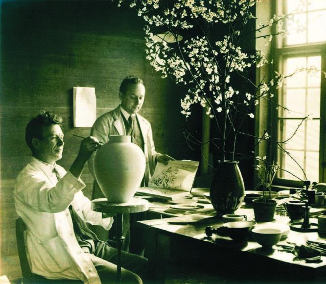 Skonis.lt archyvo nuotr. /Praėjusiame amžiuje dekoruojamas porcelianas
