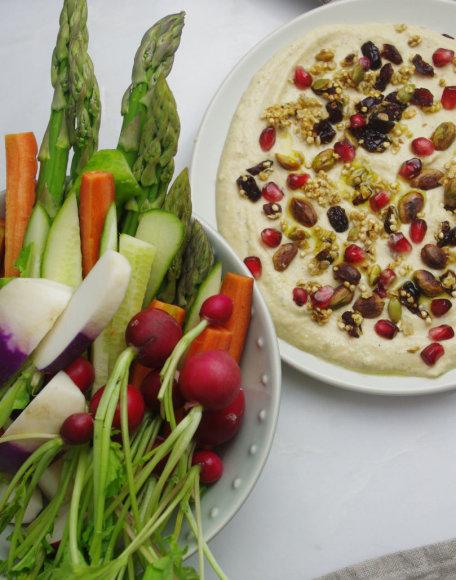 Humusas su sūria granola ir šviežiomisdaržovėmis