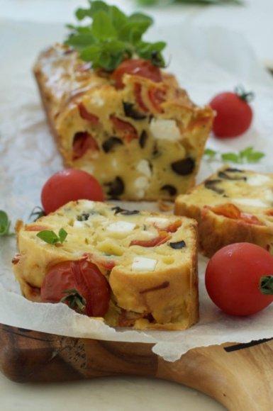 Pyragas su feta, pomidorais ir alyvuogėmis