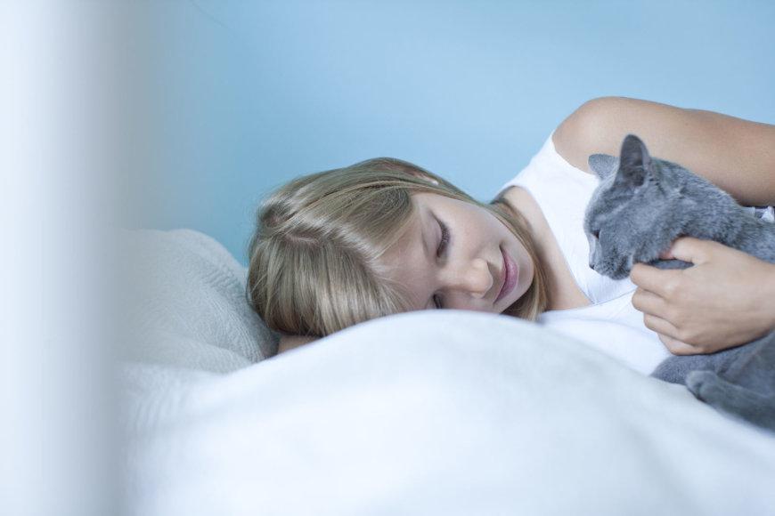 Vida Press nuotr./Mergina žaidžia su katinu