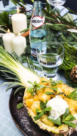 Keptas ananasas su sojų padažu ir ledais