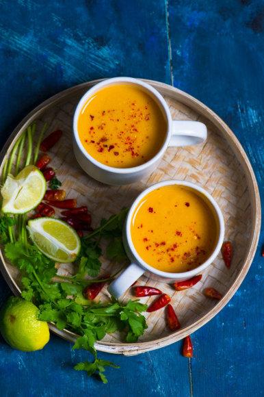 Keptų saldžiųjų bulvių sriuba su citrinžole ir kokosų pienu