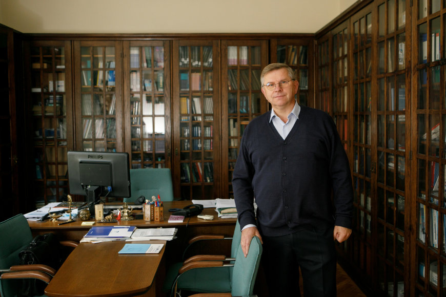 Eriko Ovčarenko / 15min nuotr./Profesorius Dainius Haroldas Pauža savo kabinete