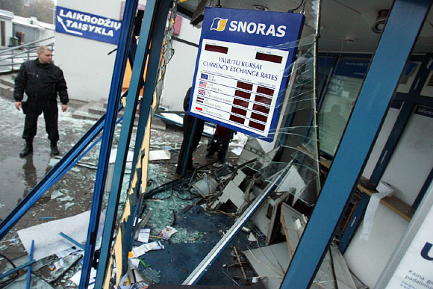 """Banko """"Snoras"""" kioskelyje nugriaudėjęs sprogimas statinį smarkiai apgadino: išdužo langai, subyrėjo vidinės pertvaros. Nuolaužas sprogimo banga išmėtė 20 metrų atstumu."""