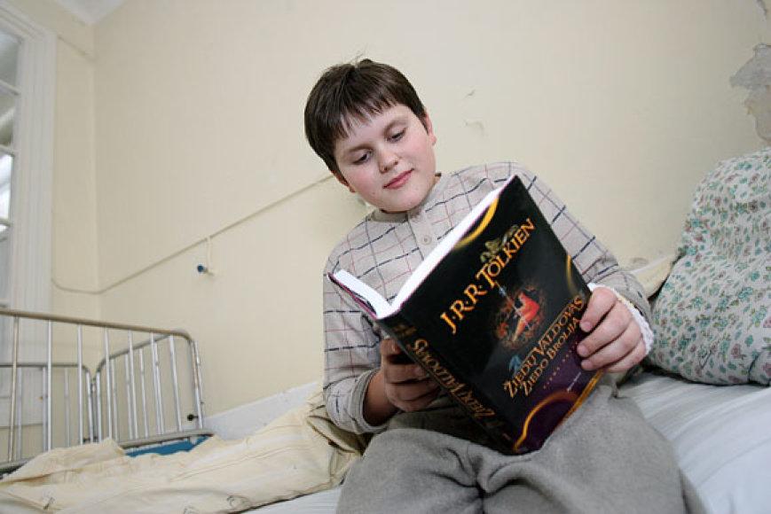 Vaikas dienas leidžia ligoninės palatoje