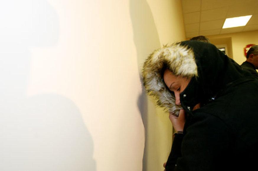 E.Lardongaitė kaip įmanydama slėpė savo veidą.