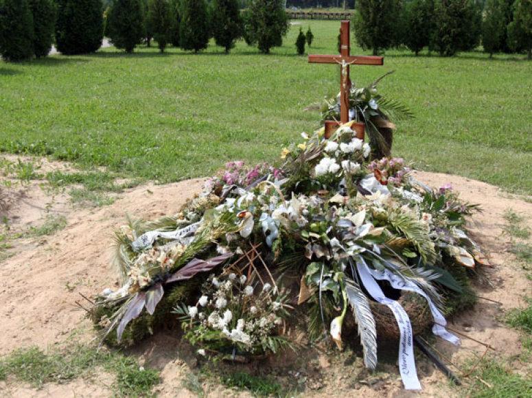 A.Ūsas prieš kelias savaites buvo palaidotas šiame kape.