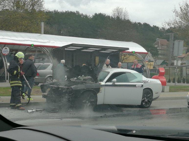Manto Vaškevičiaus nuotr./Ugniagesiai užgesino degantį automobilį