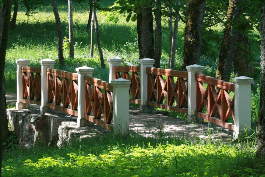 R.Pinevičiaus nuotr./Plungės dvaro parke netrūksta romantiškų vietų