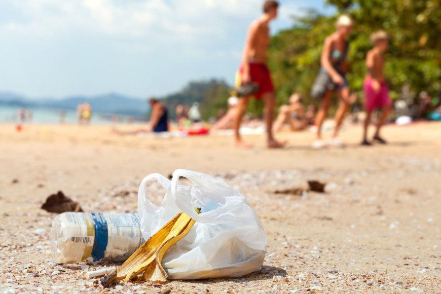 123rf.com/Paplūdimyje turistų paliktos šiukšlės