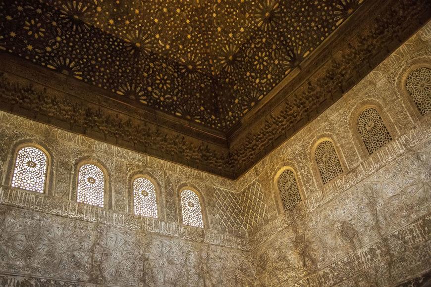 123rf.com/Alhambra pilies viduje galima apžiūrėti išskirtines arabeskas
