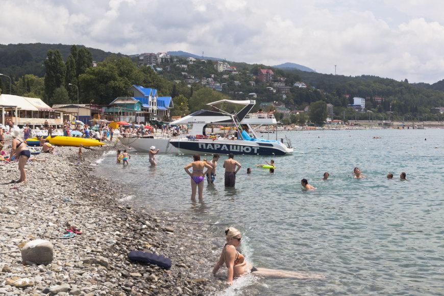 123rf.com nuotr./Sočio paplūdimys ir poilsiautojai