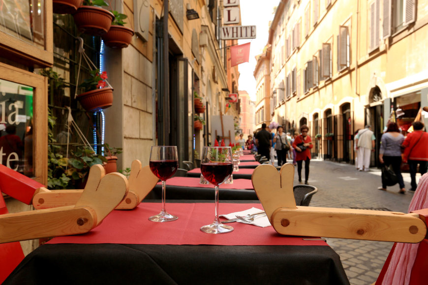 123rf.com nuotr./Staliukas vienoje iš Romos lauko kavinių