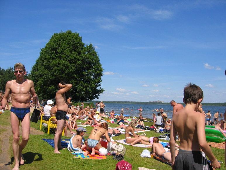 Asmeninė nuotr./Karštą vasaros dieną prie ežero Daugpilyje žmonės grūdasi kaip silkės