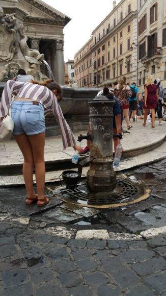 Ingos ir Vidmanto Narijauskų nuotr./Romoje pilna geriamo vandens fontanėlių