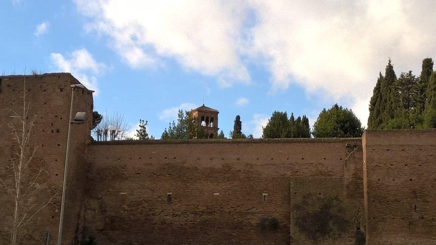 Pauliaus Jurkevičiaus nuotr./Atoki, maža, auksinės onikso šviesos nužerta bažnyčia Romoje