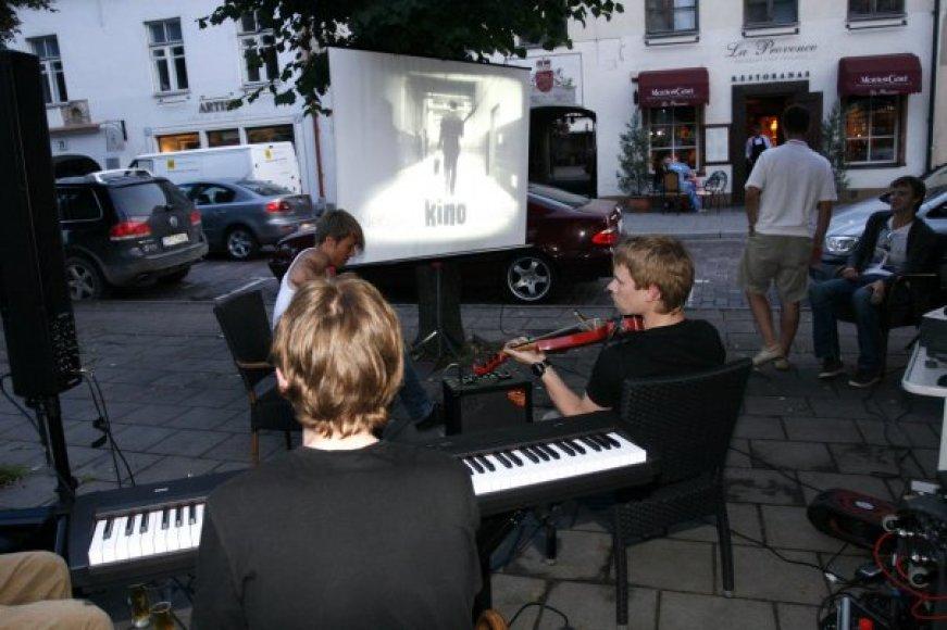 Nebyliojo kino seansų metu juos gyvai įgarsina profesionalūs muzikantai.