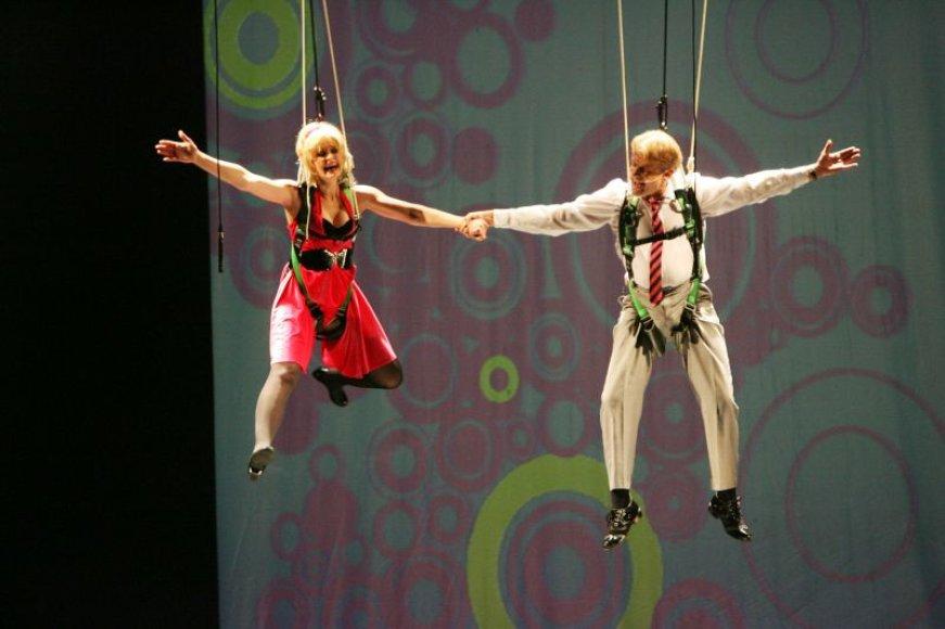 """""""Aš mėgstu riziką, sudėtingus sceninius sprendimus, didelės artisto ištvermės reikalaujančius akrobatinius ir kaskadinius triukus. Toks bus ir šis miuziklas"""", – sakė miuziklo režisierius K.Jakštas."""